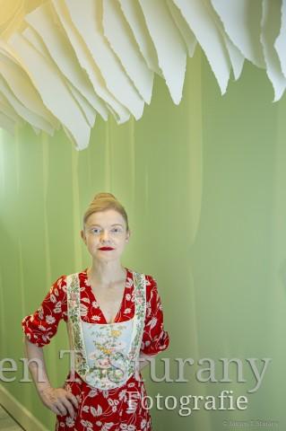 Sasa Hanten-Schmidt unter einem Papierobjekt von Angela Glajcar – Köln 2019