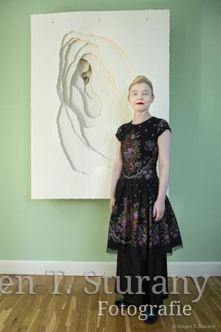 Sasa Hanten-Schmidt vor einem Papierobjekt von Angela Glajcar – Köln 2019